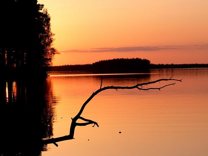 Heinäkuu: Lintuniemen auringonlasku, Kuva: Heikki Suomalainen, Karttula